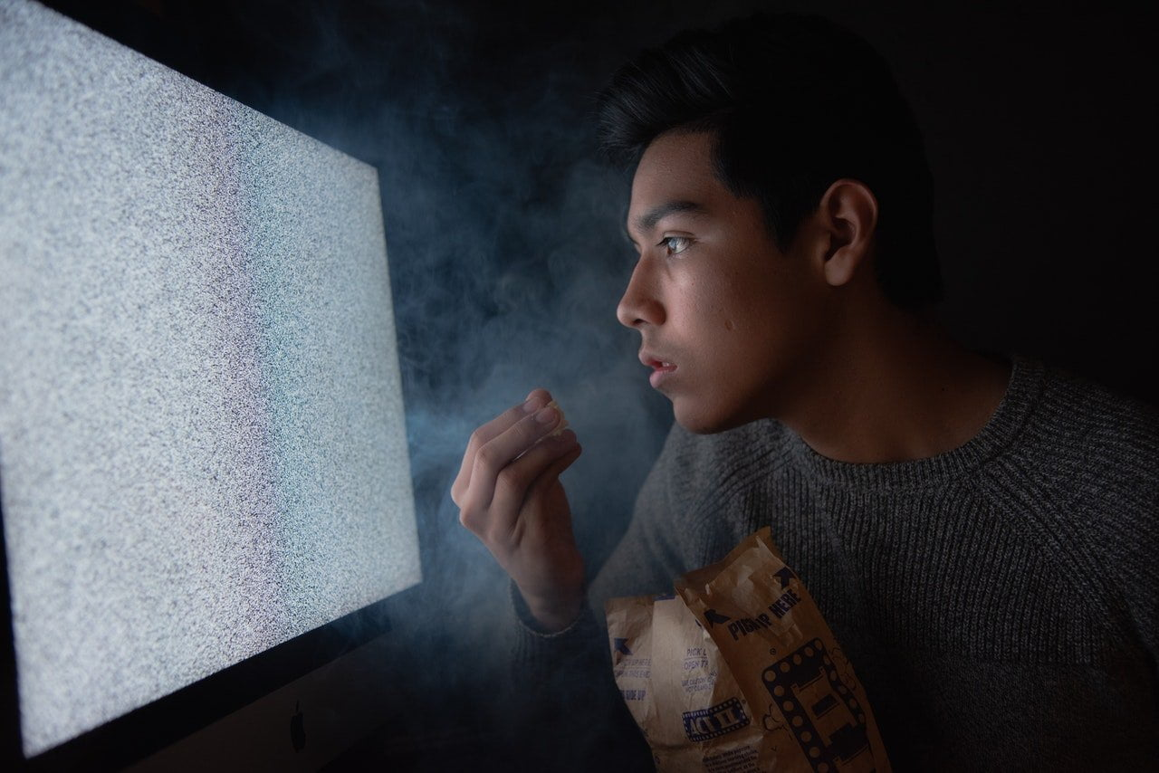 man-eating-chips-while-watching-tv-3571503