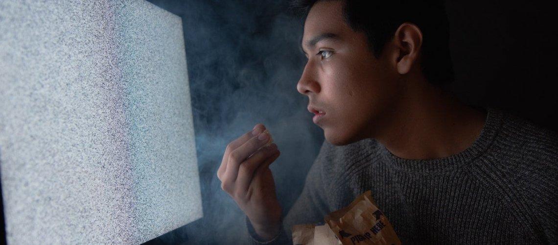 man-eating-chips-while-watching-tv-3571503